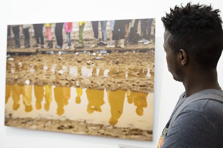 """""""En Busca de Refugio"""" es una exposición colectiva de fotografía organizada por CEAR en colaboración con el Ayuntamiento de Madrid y el Ateneo de Málaga,"""