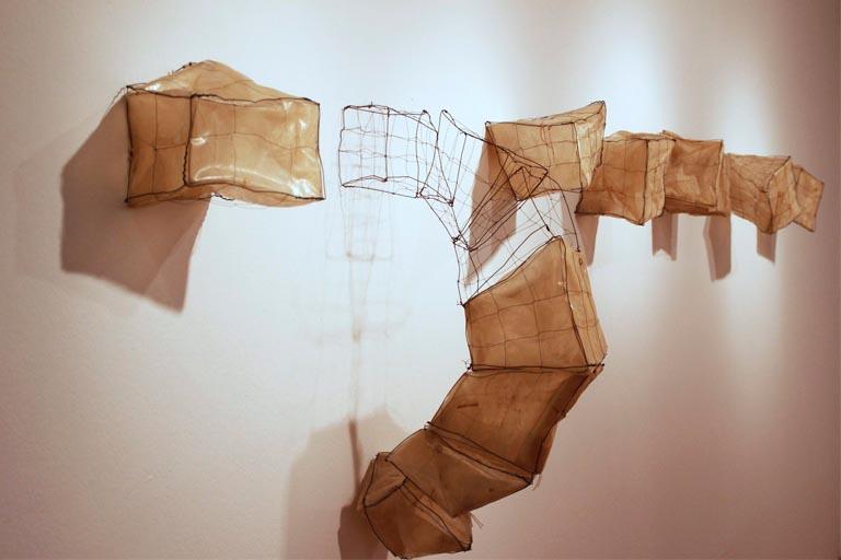 La mar de plásticos muestra el trabajo artístico de Sabina Huber en los últimos años que se concentra en materiales encontrados como el plástico, los alambres y su herrumbres, y otros tantos usados en la construcción de invernaderos.